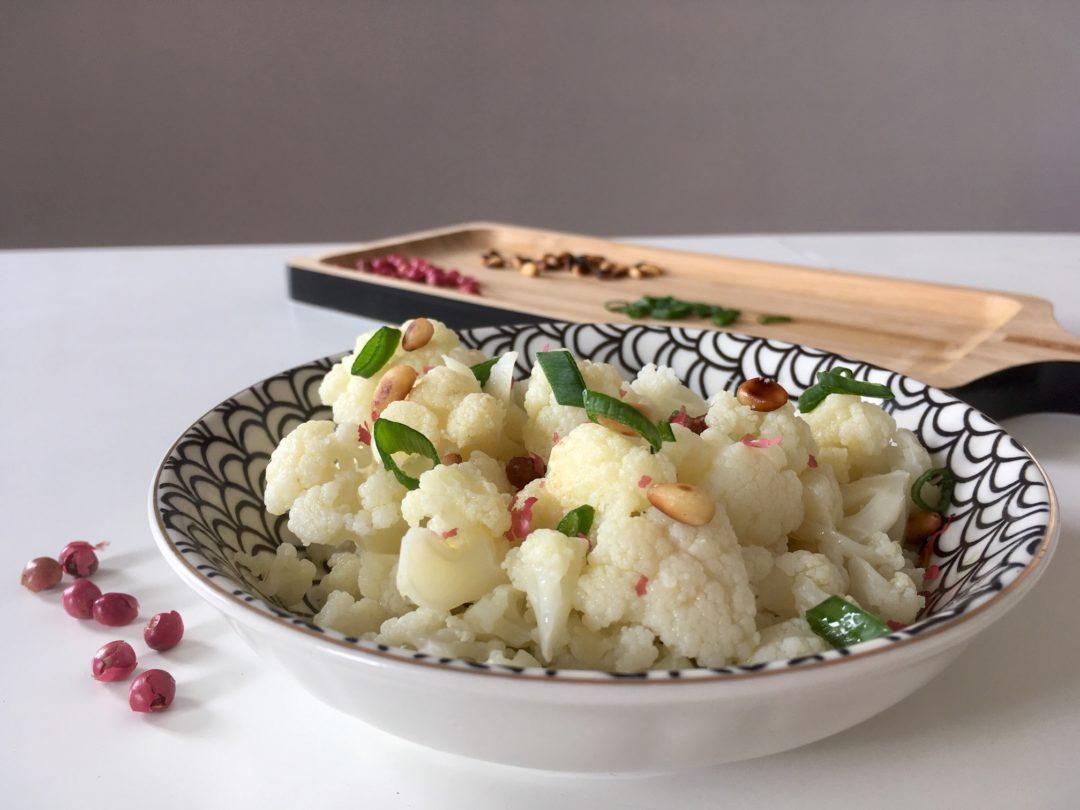 Salade de chou fleur vinaigrette citron pignons de pin et baie rose