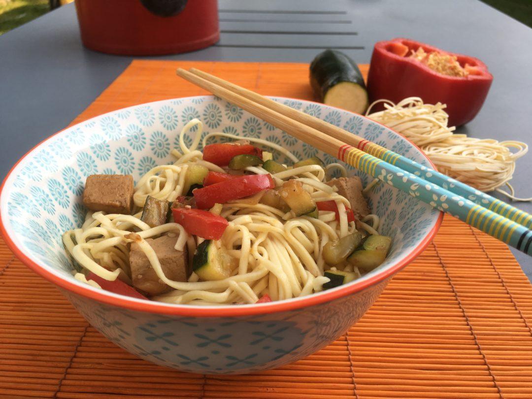 Noodles aux légumes sautés et tofu mariné