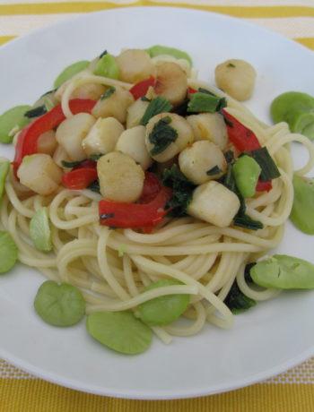 Spaghetti aux pétoncles, légumes et fèves