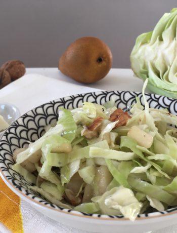 Salade de chou blanc, poire, noix et roquefort
