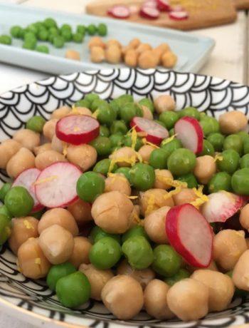 Salade arlequin de petits pois, pois chiches et radis